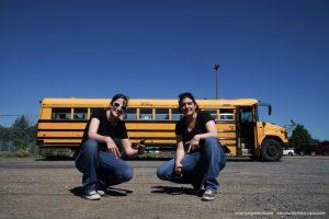 Clem et Mumu devant leur bus scolaire : Elva